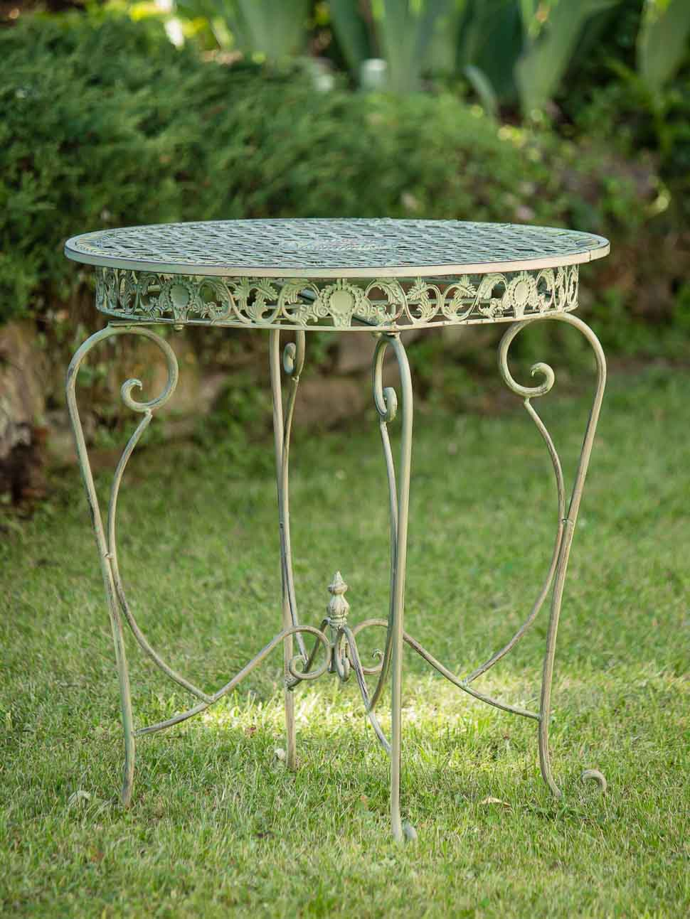 table de jardin dans une cremeuse table verte jardin fer table lumineuse de aubaho