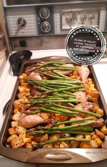 Pilons de poulet, courge, patates et asperges sur une plaque - Auboutdelalangue.com