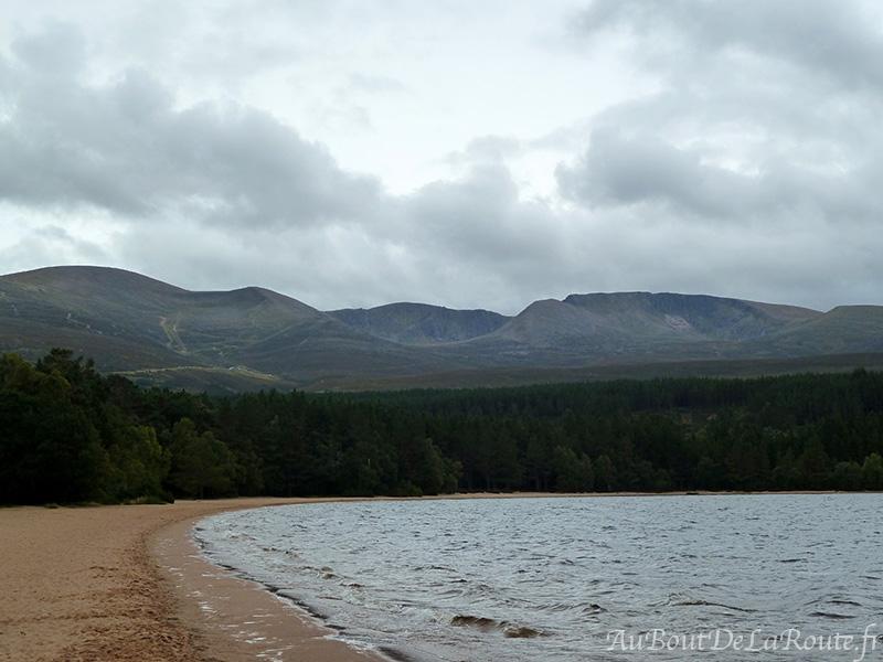 Vue sur les Cairngorms du loch Morlich