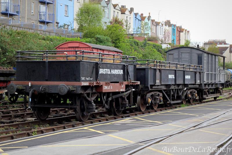 Wagons stationnés sur les anciennes voies