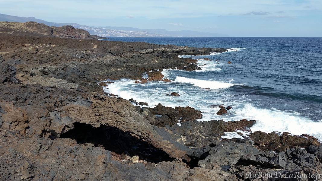 Coulée de lave sur la mer