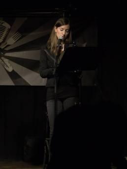 Die treibende Kraft hinter der AUDIAMO Live-Hörspiel-Reihe und bei der Premiere auch auf der Bühne im Part der namensgebenden Florenz: Judith Neichl — mit Judith Neichl hier: Aera.