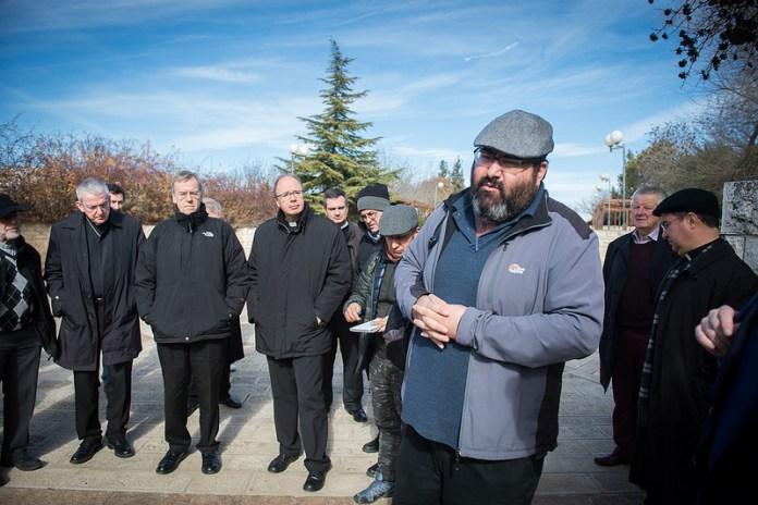 Vertreter der Bischofskonferenzen auf einer Tour in Hebron mit Tourguide Yehuda Shaul, Mitbegründer der umstrittenen NGO 'Breaking the Silence'. Foto Catholic Church (England and Wales), Flickr. com. CC BY-NC-SA 2.0