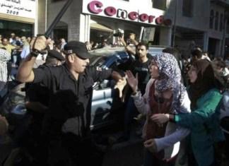 """Ein Palästinensischer Polizist greift Demonstranten an. Foto """"Palestinians for Dignity"""" / Facebook"""