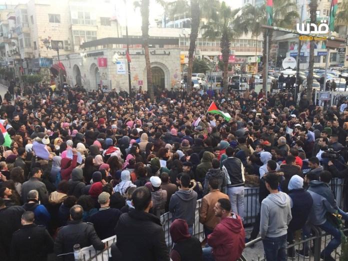 Palästinensische Demonstranten verlangen Abbas' Rücktritt. Foto Facebook / QudsN