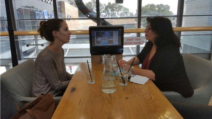 Rachel Grünberger (R) im Gespräch mit Shachar Liran-Hanan (L). Foto zVg