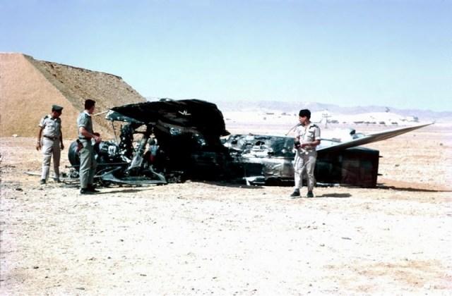 Ein zerstörtes Flugzeug der ägyptischen Luftwaffe. Foto יחזקאל (חזי) רחמים - יחזקאל (חזי) רחמים, CC BY-SA 2.0, Wikimedia Commons.
