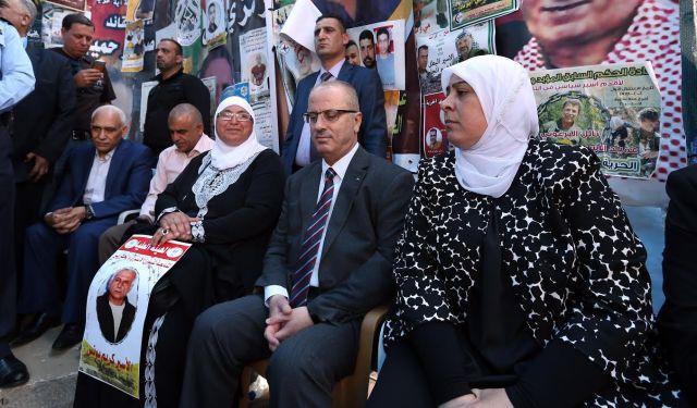 Der Premierminister der Palästinensischen Autonomiebehörde Rami Hamdallah bekundet an einer Kundgebung in Ramallah seine Solidarität zu den im Hungerstreik stehenden Terroristen. Foto Twitter / Wafa.ps