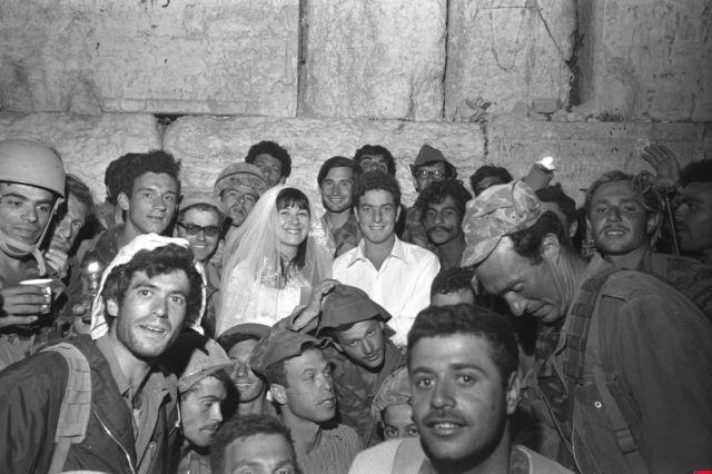 Ein israelischer Fallschirmjäger, der an den Kämpfen rund um die Altstadt von Jerusalem teilnahm, feiert seine Hochzeit vor der Westmauer am 09. Juni 1967. Foto Haron Zuckerman / GPO