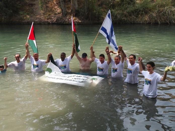 Umwelt verbindet: Die Direktoren von »EcoPeace Middle East« und Bürgermeister palästinensischer, israelischer und jordanischer Kommunen. Foto EcoPeace Middle East/ FoEME copyright
