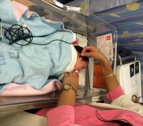 Das Gehör eines Neugeborenen wird in Israel getestet. Foto Raffi Rembrand.