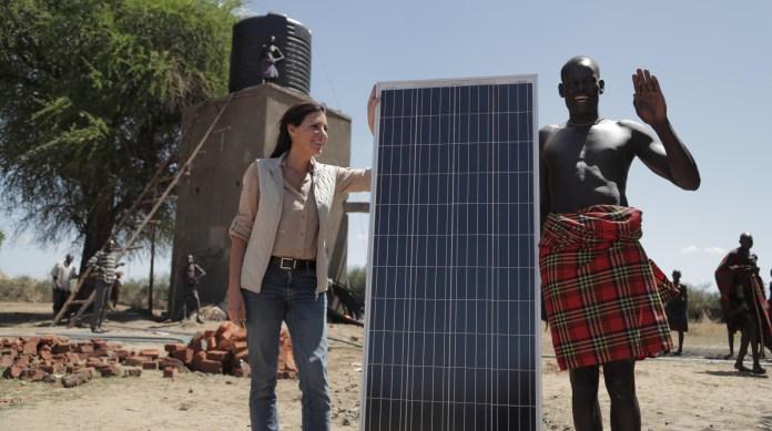 Sivan Ya'ari und ein Dorfbewohner von Nakuluny in Karamoja, Uganda, bei der Installation einer solaren Wasserpumpanlage. Foto Innovation: Africa
