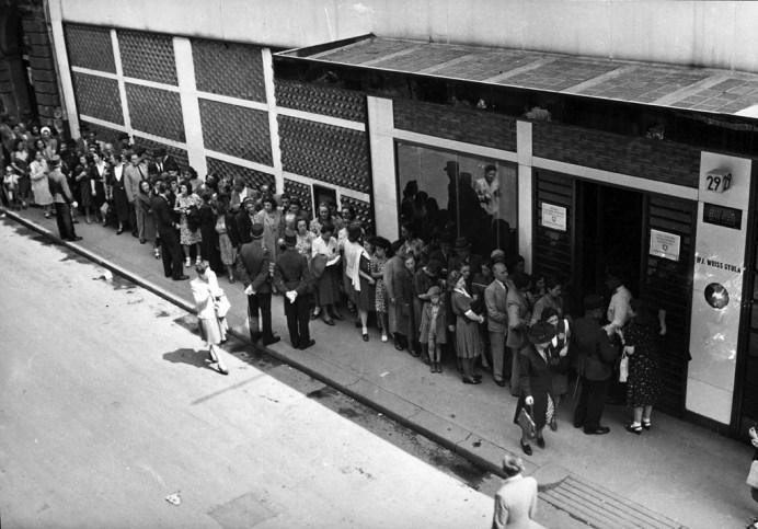 Juden stehen 1944 vor der Schweizer Botschaft in Budapest Schlange. Foto FORTEPAN / Archiv für Zeitgeschichte ETH Zürich / Agnes Hirschi, CC BY-SA 3.0, https://commons.wikimedia.org/w/index.php?curid=51673010