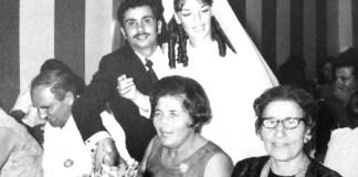 """Auf dem Foto sieht man die Hochzeit von Tova (Gitalle). Es ist das Mädchen, das """"Mule"""" in einem Brunnen fand und mit nach Israel brachte. Links, sitzend, sieht man """"Mule"""" und daneben seine Frau Esther. Ganz rechts die Cousine von Esther. Foto zVg Tal Leder."""
