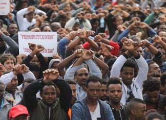Afrikanische Migranten protestieren am 7. Februar 2018 vor der ruandischen Botschaft in Herzliya gegen den Rückführungsplan. Foto Miriam Alster/Flash90