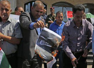 Palästinenser verbrennen in Ramallah Fotos von Trump. Foto Screenshot wattan.tv