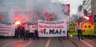 """1. Mai Kundgebung der RJZ. """"Von Zürich über Palästina bis Rojava"""" heisst es auf dem Front-Transparent. Foto RJZ / Facebook"""