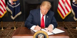 """US-Präsident Donald J. Trump unterzeichnet in Bedminster, New Jersey, eine Anordnung mit dem Titel """" Wiedereinführung bestimmter Sanktionen mit Blick auf den Iran """", 6. August 2018. Foto Shealah Craighead - https://www.whitehouse.gov/briefings-statements/statement-president-reimposition-united-states-sanctions-respect-iran/, Public Domain, https://commons.wikimedia.org/w/index.php?curid=71468881"""