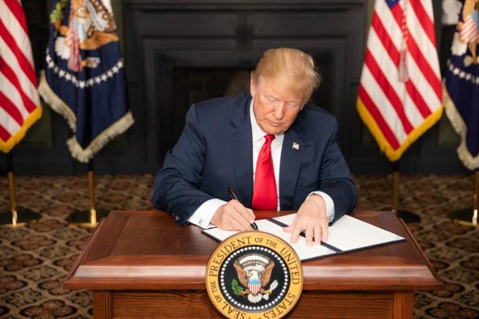 US-Präsident Donald J. Trump unterzeichnet in Bedminster, New Jersey, eine Anordnung mit dem Titel