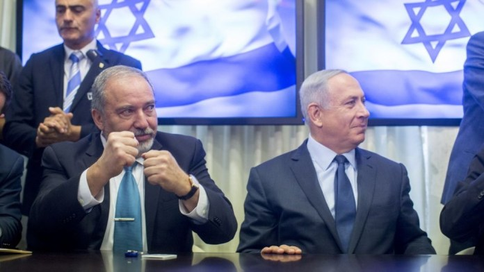 Premierminister Benjamin Netanyahu (rechts) und der ehemalige Verteidigungsminister Avigdor Liberman im Mai 2016. Foto Yonatan Sindel/FLASH90
