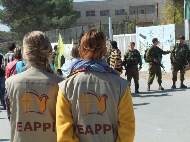 EAPPI Freiwillige beobachten israelische Soldaten. Foto EAPPI UK & Ireland Blogs / WordPress.com