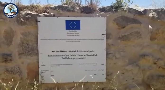 Schild mit dem Abzeichen der Europäischen Union. Foto Screenshot Youtube / Regavim