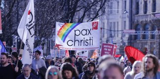 Pax Christi an der Demonstration gegen die Münchner Sicherheitskonferenz 2019. Foto Henning Schlottmann (User:H-stt), CC BY-SA 4.0, https://commons.wikimedia.org/w/index.php?curid=76622706