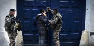 Französische Soldaten bewachen den Eingang zu einer Pariser Synagoge. Foto Serge Attal / Flash 90