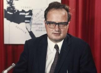 Arnold Hottinger (1926—2019). Foto Hans Gerber, Comet Photo AG, Archiv der Fotoagentur - Dieses Bild stammt aus der Sammlung der ETH-Bibliothek und wurde auf Wikimedia Commons im Rahmen einer Kooperation mit Wikimedia CH veröffentlicht., CC BY-SA 4.0, https://commons.wikimedia.org/w/index.php?curid=79117268