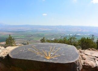 Ein Steintafel mit Richtungsangaben am Aussichtspunkt Agamon Hula in der Nähe von Ramot Naftali. Man sieht die Hule-Ebene und die Golan Höhen. Foto Jotpe, CC BY-SA 4.0, https://commons.wikimedia.org/w/index.php?curid=38373905