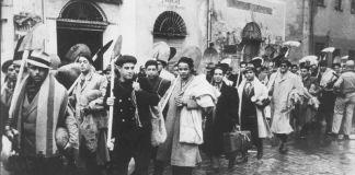 """Juden aus Tunis auf dem Weg zur Zwangsarbeit (Originale Fotounterschrift: """"Juden müssen arbeiten – ohne Ausnahme werden alle männlichen Juden von Tunis zur Arbeitsleistung herangezogen."""") Foto Lüken, Dezember 1942 Quelle: Yad Vashem Fotoarchiv"""