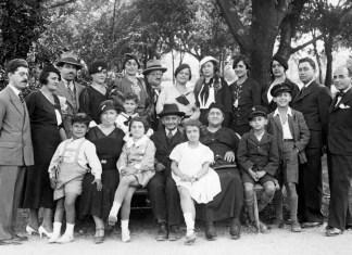 Familenfoto der Majer-Familie– Rivka und Refael Majer umgeben von ihrer Familie, Belgrad, 1935. 19 von 21 Familienmitglieder wurden im Holocaust ermordet. copyright: Yad-Vashem-Foto-Archiv