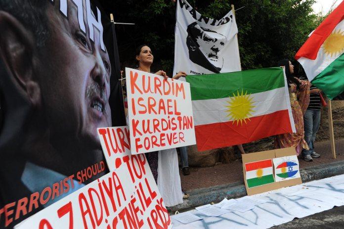 Israelis zeigen ihre Unterstützung für das kurdische Volk an einer Demonstration in Tel Aviv. Foto Gili Yaari / Flash90