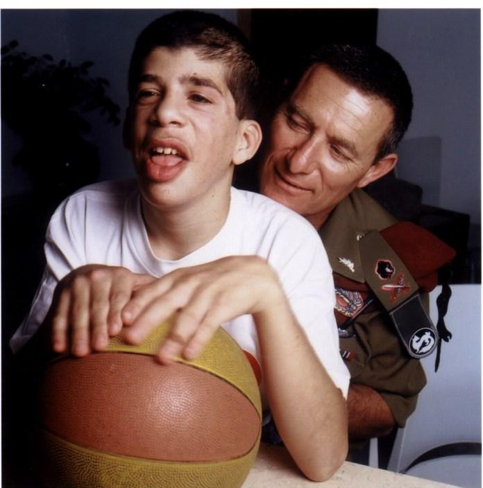 Doron Almog mit seinem Sohn Eran . Foto zVg