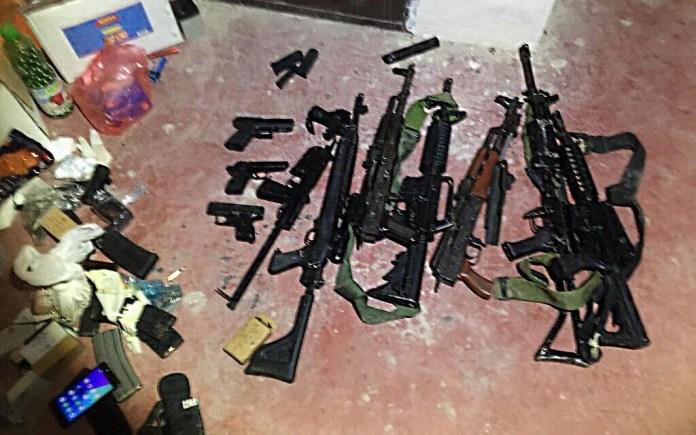 Einige der Waffen, die von den israelischen Sicherheitskräften bei der Razzia gegen die Terrororganisation PFLP gefunden wurden. Foto Shin Bet
