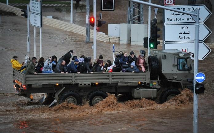 Ein Militärfahrzeug befördert am 8. Januar 2020 Menschen auf einer überfluteten Strasse in der nördlichen Stadt Nahariya. Foto Meir Vaknin/Flash90