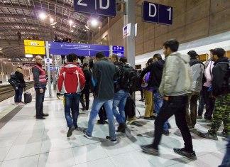 Symbolbild. Ankunft von Flüchtlingen von der deutsch/österreichischen Grenze mit einem Sonderzug der Deutschen Bahn im Bahnhof des Kölner-Bonn-Flughafen im September 2015. Foto © Raimond Spekking / CC BY-SA 4.0 (via Wikimedia Commons), CC BY-SA 4.0, https://commons.wikimedia.org/w/index.php?curid=43745964