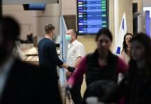 Menschen mit Gesichtsmasken in der Ankunftshalle des Flughafens Ben Gurion bei Tel Aviv am 28. Januar 2020. Foto Tomer Neuberg/Flash90