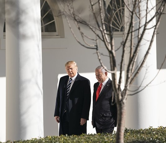 Foto The White House from Washington, DC - President Trump Meets with Israeli Prime Minister Benjamin Netanyahu, Public Domain, https://commons.wikimedia.org/w/index.php?curid=86370188