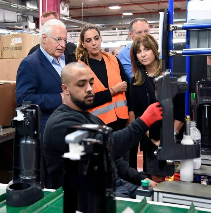 Palästinensischer Arbeiter in der Sodastream-Fabrik im Westjordanland. Foto Matty Stern US Embassy Jerusalem.