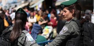 Sicherheitskräfte überwachen die Strassen Jerusalems während des jüdischen Purim-Festes und beschützen die Menschen, die sich kostümiert haben und feiern. Jerusalem, 8. März 2020. Foto Yehonatan Valtser/TPS