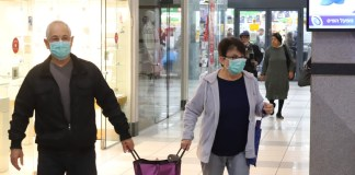 Menschen im Mega-Supermarkt in Qiryat Ono tragen Masken, um sich vor dem Coronavirus zu schützen. Foto Eitan Elhadez/TPS