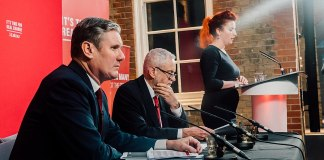 Keir Starmer. Foto Jeremy Corbyn - Revealing Brexit documents, CC BY 2.0, https://commons.wikimedia.org/w/index.php?curid=84957440