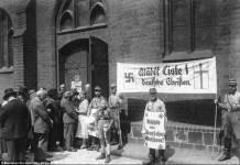 """Propaganda dei """"cristiani tedeschi"""" a Berlino ADN-ZB/Archivio elezioni della Chiesa il 23.7.1933 a Berlino. Foto Bundesarchiv, Bild 183-1985-0109-502 / CC-BY-SA 3.0, CC BY-SA 3.0 de, https://commons.wikimedia.org/w/index.php?curid=5344665"""