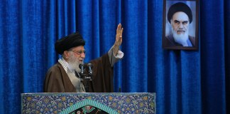 Ajatollah Ali Khamenei. Oberbefehlshaber der iranischen Streitkräfte und das Staatsoberhaupt des Iran. Foto Khamenei.ir - http://farsi.khamenei.ir/photo-album?id=44693#i, CC BY 4.0, https://commons.wikimedia.org/w/index.php?curid=86117971