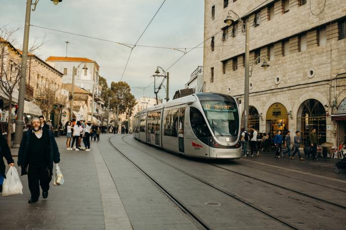 Jerusalemer Stadtbahn in der Jaffa Street. Foto Laura Siegal / Unsplash.com