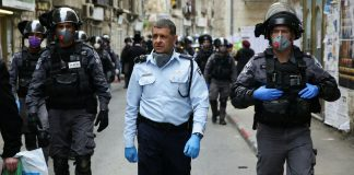 Polizisten patrouillieren in den Strassen in Jerusalem. 30. März 2020. Foto Yehonatan Valtser/TPS