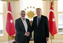 Symbolbild. Der türkische Präsident Recep Tayyip Erdogan, rechts, schüttelt dem Chef der Hamas-Bewegung, Ismail Haniyeh, vor ihrem Treffen in Istanbul am 1. Februar 2020 die Hand. Foto Pressedienst des Präsidenten / Presidency Of The Republic Of Turkey.
