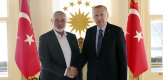 Der türkische Präsident Recep Tayyip Erdogan, rechts, mit dem Chef der Hamas-Bewegung, Ismail Haniyeh, vor ihrem Treffen in Istanbul am 1. Februar 2020. Foto Pressedienst des Präsidenten / Presidency Of The Republic Of Turkey.
