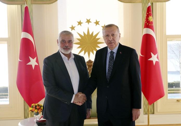 Der türkische Präsident Recep Tayyip Erdogan, rechts, schüttelt dem Chef der Hamas-Bewegung, Ismail Haniyeh, vor ihrem Treffen in Istanbul am 1. Februar 2020 die Hand. Foto Pressedienst des Präsidenten / Presidency Of The Republic Of Turkey.